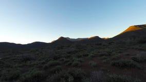 Красочный заход солнца над пустыней Namib, национальный парк Karoo, Южная Африка Ясное небо, накаляя утесы и холмы, видео промежу акции видеоматериалы