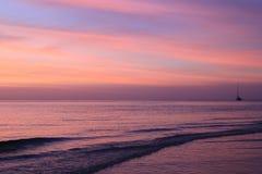 Красочный заход солнца на пляже Стоковые Фотографии RF