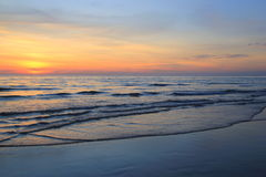 Красочный заход солнца на пляже Стоковое Изображение