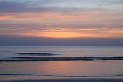 Красочный заход солнца на пляже Стоковые Изображения