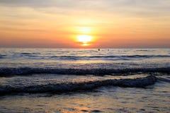 Красочный заход солнца на пляже Стоковые Изображения RF