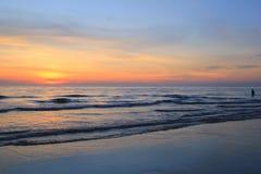 Красочный заход солнца на пляже Стоковое Изображение RF