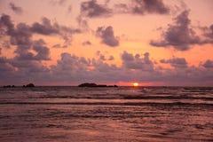 Красочный заход солнца на пляже Hikkaduwa тропическом, Шри-Ланка Стоковая Фотография