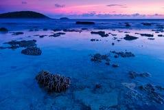Красочный заход солнца пляжа Nai Harn Стоковые Изображения