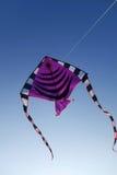 Красочный змей летая вверх в голубое небо Стоковые Фотографии RF