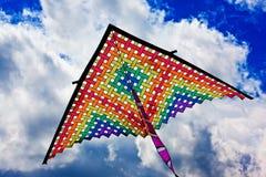 Красочный змей летая вверх в голубое небо Стоковое Фото