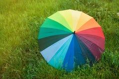 Красочный зонтик радуги над дождем лета весны космоса экземпляра Sunrisez поля зеленой травы Стоковые Фото