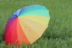 Красочный зонтик радуги над полем зеленой травы Стоковое Изображение RF