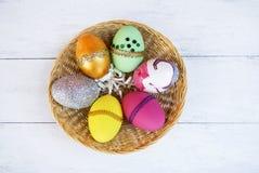 Красочный дизайн пасхального яйца в круглой корзине Стоковое Изображение RF
