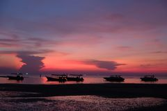 Красочный и прекрасный заход солнца в Таиланде стоковые фото