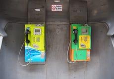 Красочный и старый общественный телефон с для некурящих подписывает внутри Бангкок стоковые фотографии rf