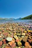 Красочный камень в озере McDonald стоковое фото