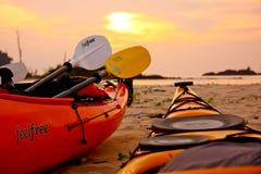 Красочный каяк 2 ждет на пляже готовом для того чтобы плавать к морю Стоковые Изображения RF