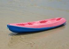 Красочный каяк на пляже Стоковые Фото