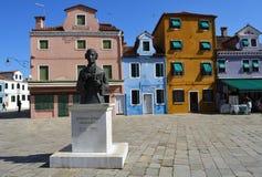Красочный квадрат острова Burano в лагуне Venetain с stutue композитора Galuppe Стоковое фото RF