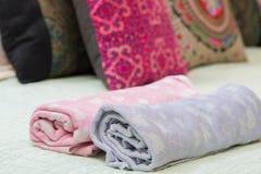 красочный крена полотенца на кровати Стоковая Фотография RF