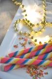 Красочный крен вафли на белой плите Стоковые Фотографии RF