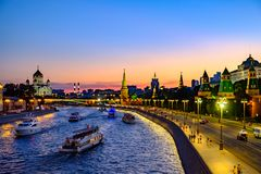 Красочный ландшафт вечера на реке обваловки и Москве Кремле стоковое фото rf