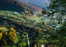 Красочный ландшафт осени в горном селе Стоковые Изображения RF