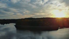 Красочный ландшафт реки около леса под красивым небом с яркими облаками во время захода солнца видеоматериал