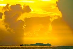 красочный луча захода солнца на рыбацкой лодке неба облака на острове и море стоковые изображения