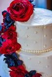Красочный многоуровневый свадебный пирог стоковая фотография rf
