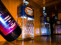 Красочный напиток разливает alcooloice по бутылкам Стоковые Фото