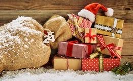 Красочный натюрморт рождества с в оболочке подарками стоковые фотографии rf
