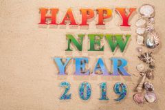 Красочный Нового Года 2019 алфавита счастливого на пляже стоковое изображение rf