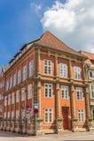 Красочный оранжевый дом в историческом центре Luneburg стоковые изображения rf