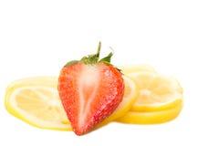 Красочный органический изолированный кусок отрезков клубники и лимона Стоковое Изображение