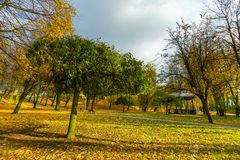 Красочный парк падения в малом городе в Польше Стоковое Фото