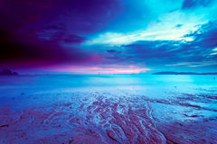 Красочный пасмурный заход солнца на пляже стоковое изображение