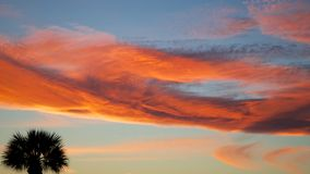 Красочный пасмурный заход солнца Стоковая Фотография