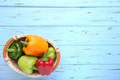 Красочный перец в корзине на голубой предпосылке стоковое фото rf
