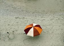Красочный пляж зонтика на море Стоковое Изображение
