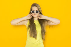 Красочный портрет солнечных очков молодой привлекательной женщины нося Концепция красоты лета Стоковая Фотография