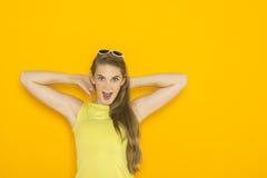 Красочный портрет солнечных очков молодой привлекательной женщины нося Концепция красоты лета Стоковые Фотографии RF