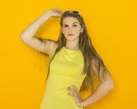 Красочный портрет солнечных очков молодой привлекательной женщины нося Концепция красоты лета Стоковое Фото
