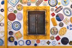 Красочный плит покрашенных рукой покрывает внешнюю стену, Португалию Стоковое Фото