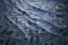 Красочный развевая национальный флаг Аляски на американской предпосылке доллара стоковая фотография