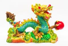 Красочный дракон смолы с красным шариком стоковые изображения rf