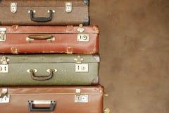 Красочный ретро чемодан на бежевой предпосылке Стоковые Изображения