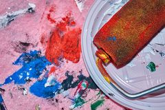 Красочный ролик лежа на белой плите после beign используемого для картины искусства стены стоковая фотография rf