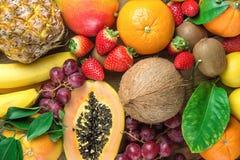 Красочный свежего грейпфрута тропических и лета сезонного плодоовощей ананаса папапайи манго кокоса апельсинов кивиа бананов лимо Стоковое фото RF