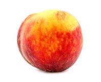 Красочный, свежий и сочный оранжевый персик изолированный на белом backgro Стоковые Изображения