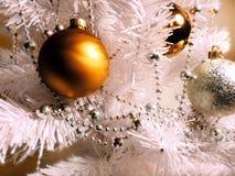 Красочный свет рождества, белое украшение шариков стоковое изображение