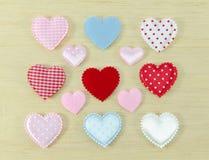 Красочный сердец на деревянной предпосылке стоковые изображения rf