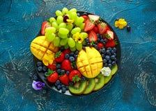 Красочный смешанный диск плодоовощ с манго, клубникой, голубикой, кивиом и зеленой виноградиной еда здоровая Стоковая Фотография