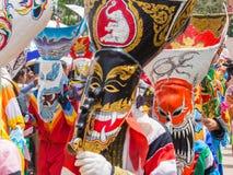 Красочный совершитель в фестивале Khon животиков Phi, Loei маски призрака, Таиланд стоковое фото rf